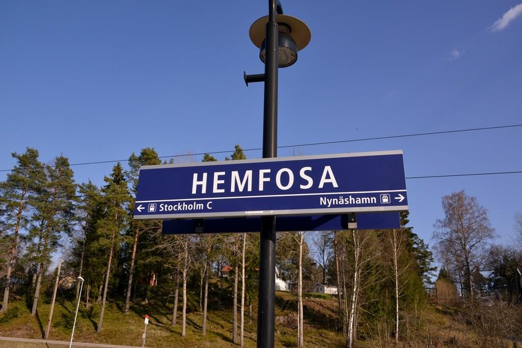 Skogsriket nås bekvämt genom en kort promenad frå n Hemfosa station